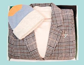 Karierter Mantel, beiger Pulli, Colorblocking Mütze