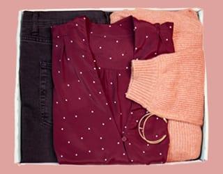 gepunktete Bluse orangener Cardigan und schwarze Jeans