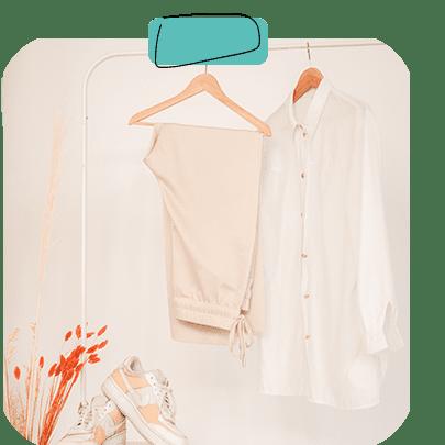 Kleidung und Schuhe auf dem Hocker